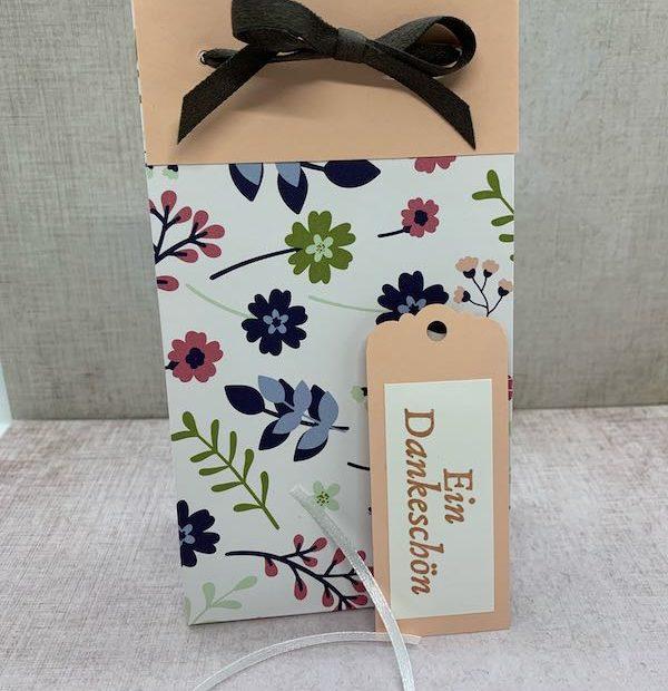 Geschenkverpackung_Papierblüten_Anhänger